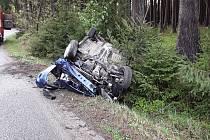 S vozem skončil na střeše. Řidič vyvázl bez zranění.