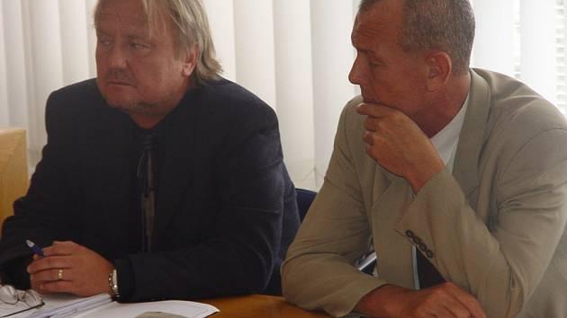Dva bývalí porodníci z havlíčkobrodské nemocnice Aleš Mareček (vpravo) a Oldřich Eliška (na fotografii v článku) nesmí dva roky vykonávat porodnickou praxi.