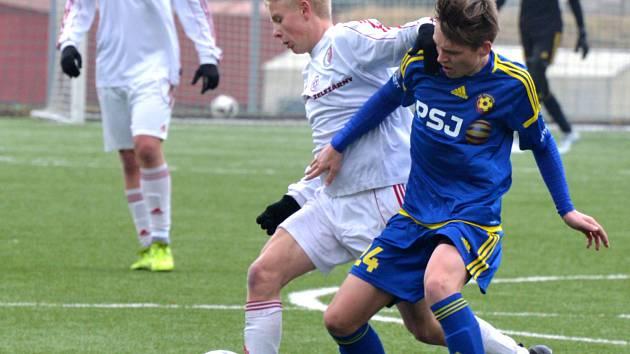 Výsledkem 6:0 skončilo měření sil jihlavských starších dorostenců (v modrém) s třineckými.