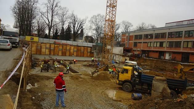 Stavba nového zimáčku by měla být dokončena příští rok. Nyní dělníci pracují na základové desce.