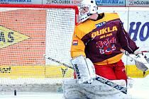Než si jihlavští hokejisté zvykli na extraligové tempo, lovil jejich brankář Jakub Škarek za necelých devět minut třikrát puk ze své sítě. Zlepšený výkon v další fázi zápasu ale naznačil, že Dukla má na víc a hodlá znepříjemnit život už dnes Litvínovu.