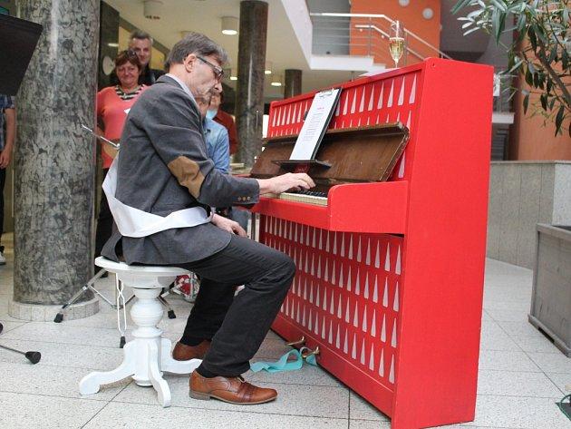 První piano, které je komukoliv volně k dispozici, stojí v Jihlavě od června ve volně přístupné pasáži Horáckého divadla.