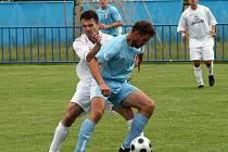 Fotbalisté Jemnicka (s borovinským kapitánem Drahoslavem Tomkem vpravo v souboji Jaroslav Noháček) sice ve 26. kole na Borovině prohráli, ale mají vše ve svých rukách.
