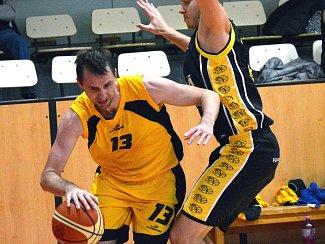Jihlavští basketbalisté (s míčem Ondřej Maňák) porazili i Plzeň a dál ladí vítěznou vlnu.