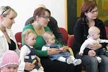 Na místě se sešli rodiče kojenců, kteří se ve městě narodili od září 2008 do února 2009.