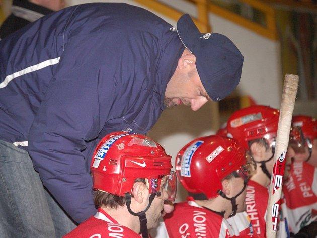 Pelhřimovští hokejisté si dali za úkol přilákat do hlediště co nejvíce fanoušků.  Pod vedením kouče Pavla Zmrhala se jim pokusí za podporu odvděčit  postupem do play off.