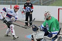 Jihlavští hokejbalisté (v bílém útočník Ondřej Jobák) dnes začínají s přípravou na jarní část sezony.