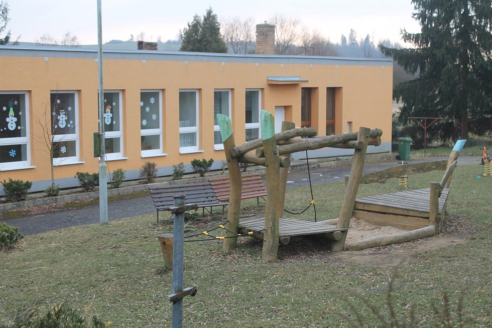 Hřiště vedle školky aktuálně zeje prázdnotou.