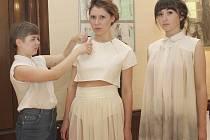 Maturantka Kristýna Coufalová (vlevo) si vybrala téma Z ulice a na modelech, které předvedly Nina Kish a Eliška Hanušová, pracovala s využitím skvrn a bílé tkaniny šifon od února.