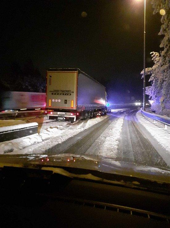 Kamiony v připojovacích a odbočovacích pruzích jsou za snížené viditelnosti nebezpečnou překážkou.