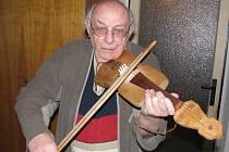 Míla Brtník se svým oblíbeným hudebním nástrojem, se skřipkami. Na fotce zrovna slavil 85. narozeniny.