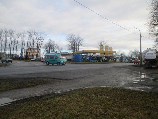 Křižovatka u čerpací stanice ONO a supermarketu společnosti COOP v jihlavské Žižkově ulici u výpadovky na Pelhřimov zůstává dál nepřehledná.