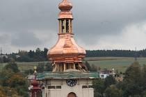 Povedlo se. Počasí farníkům v Brtnici konečně přálo. Kostel svatého Jakuba už má novou věž.