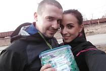 Pavlína Uhrinová s přítelem Martinem Dvorským na lovu. V ruce drží kešku, tedy schránku, která bývá většinou plastová a vodě odolná.