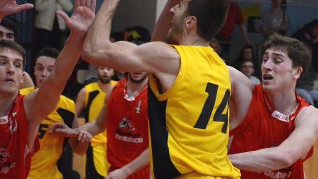 Vypadalo to jednoduše. Basketbalisté BC Vysočina (s míčem Pavel Číha) to měli rozjeté v Trutnově dobře, ale výhru nakonec zachraňovali v závěru.