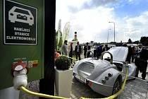 Od minulého pátku najdou majitelé elektromobilů vůbec první dobíjecí stanici na Vysočině, a to na dálnici D1.
