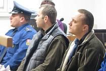 Jaroslavu Šánovi (vlevo) a Janu Židkovi hrozí za krádeže aut dva až osm let vězení.