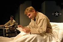 V představení Hlava XXII ztvárňuje František Mitáš (na snímku) roli Yossariana.
