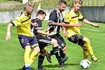 Fotbalisté Batelova (ve žlutém) navázali na skvělý loňský podzim a v 1. B třídě skupině A jsou opět nahoře.