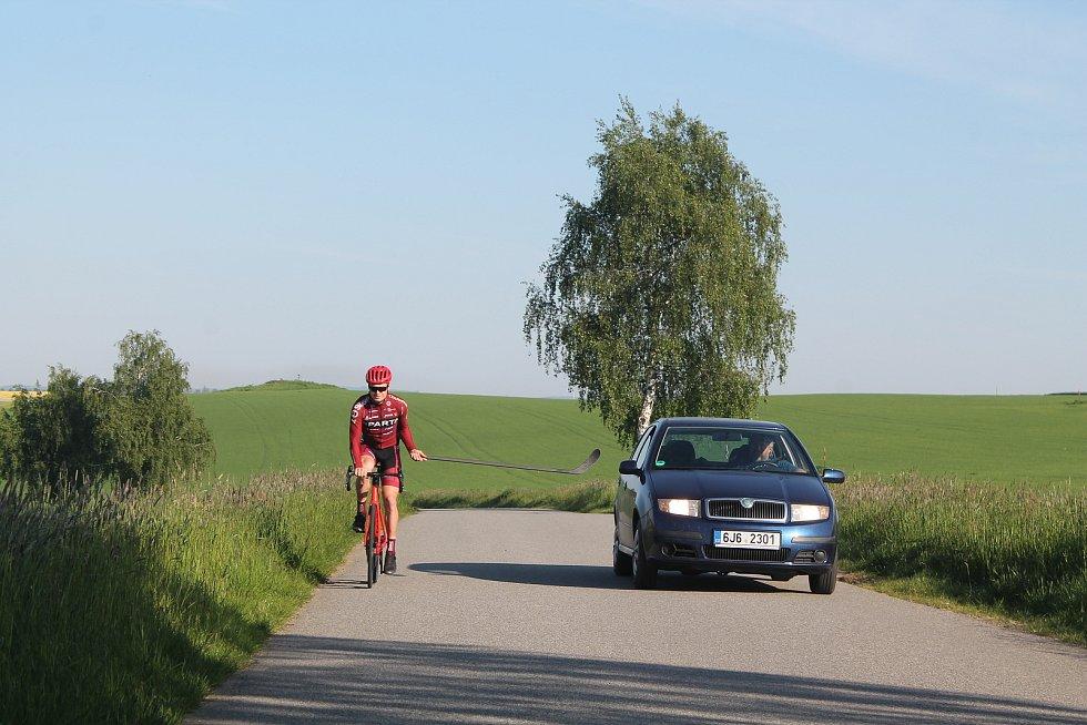 Odstup na vzdálenost metr a půl dobře ilustruje délka hokejky. I na úzkých silnicích se dá dodržet.