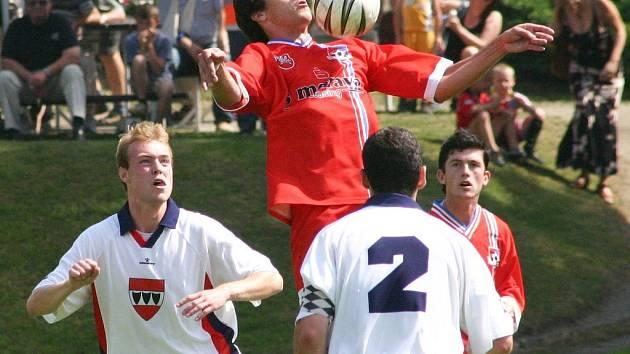 Velkomeziříčský záložník František Pokorný si zpracovává míč za asistence třebíčských fotbalistů Michala Křivánka (vlevo) a Tomáše Plocka (s číslem 2). Po závěrečném hvizdu se však radovali z jasné výhry hosté.