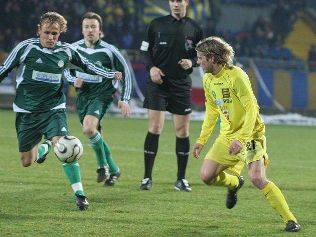 Vynucená dlouhá přestávka čeká na záložníka FC Vysočina Jiřího Malínka (vpravo). Po artroskopii kolena ho čeká i plastika předního křížového vazu.