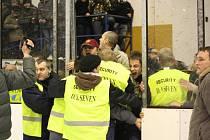Třetí zápas čtvrtfinálové série play off první hokejové ligy mezi Duklou Jihlava a KLH Chomutov měl nepříjemnou tečku - napadení rozhodčího fanoušky, kteří cítili křivdu zejména po kontroverzním gólu Chomutova v pěti hráčích v době, kdy měli být čtyři.