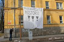 Nebourejte historii!!! Plachta s tímto nápisem včera ráno visela v ulici 17. listopadu na budově bývalých kasáren určených k demolici. Aktivisté se museli do objektu vloupat.