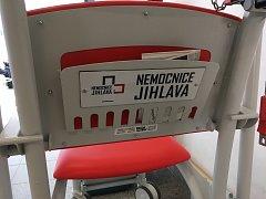 Takto vypadají nové invalidní vozíky v jihlavské nemocnici.