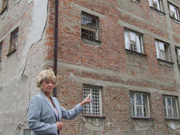 Ředitelka psychiatrické léčebny Zdeňka Drlíková u pavilonu 3.
