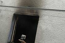 """""""Požár vznikl v technické místnosti v suterénu. Ve vedlejší místnosti spala starší imobilní žena, v prvním patře domu spal muž. Na požár muže upozornil štěkáním jeho pes,"""" popsala mluvčí hasičů Petra Musilová."""