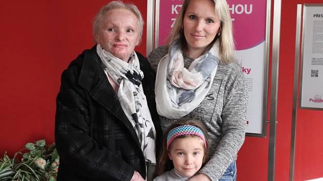 Tři hrdinky z Dobronína. Miluše Schenková (vlevo), Zuzana Hegerová i její šestiletá dcera Sofie si prošly peklem. Včera se už ale zvládly zúčastnit zahájení putovní výstavy s názvem Příběhy, které mohou zachránit život v jihlavské nemocnici.