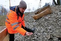 Každý den do hloubky pěti metrů sestupuje dvojice horníků, nalámanou skálu vyváží na povrch.