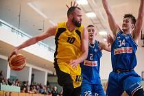 Jihlavský Martin Novák (s míčem) bude se svými spoluhráči v neděli čelit silné Opavě.