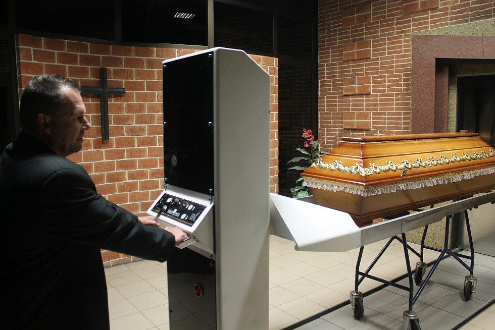 Cestu rakve do pece i následnou kremaci dnes řídí elektronika.