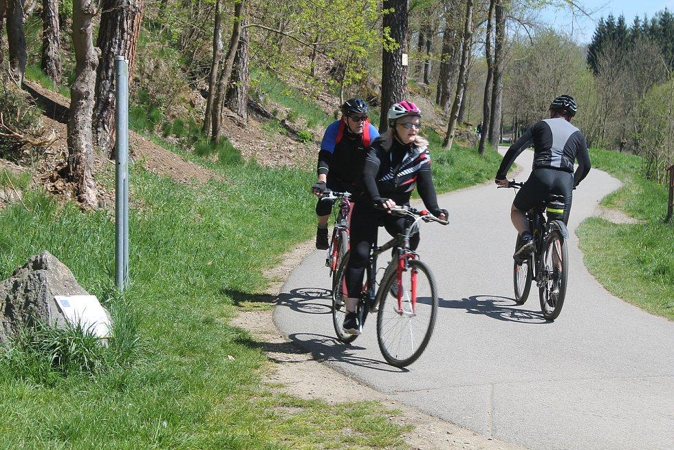Cyklostezka z krajského města do Luk nad Jihlavou byla o víkendu plná lidí.