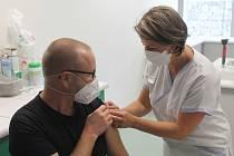 V pátek se v očkovacím centru potkali lidé z vedení nemocnice, kteří si šli pro třetí dávku vakcíny s těmi, kteří dostávali druhou.
