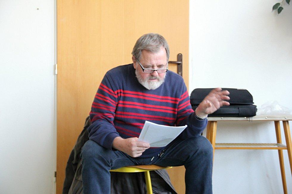 Jan Kolegar vede školní dramatický kroužek ve Strážku.