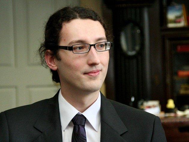 Dvaadvacetiletý Tomáš Štambera vyhrál literární soutěž, díky které vydal svoji vlastní knihu Zítra večer vyjde slunce.