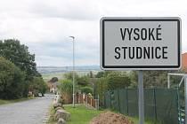 Vysoké Studnice leží na hlavním silničním tahu z Jihlavy na Brno, obec ale projíždějící auta míjí.