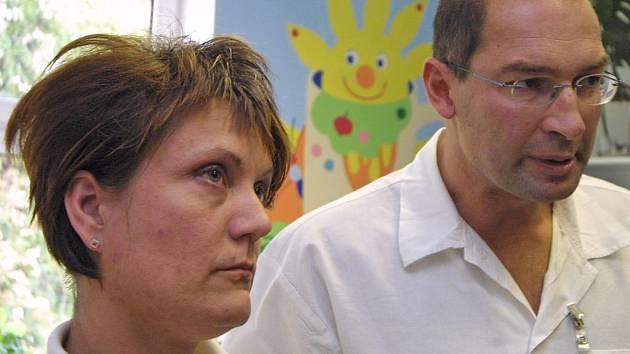 Vrchní sestra Jitka Pospíšilová a primář dětského oddělení Jan Kozák.
