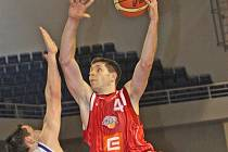 Basketbalista Nymburka Petr Benda.(s míčem)