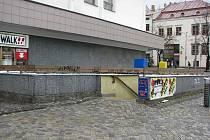 Kontejnery na tříděný odpad najdou lidé na Masarykově náměstí pod zemí vedle veřejných toalet.