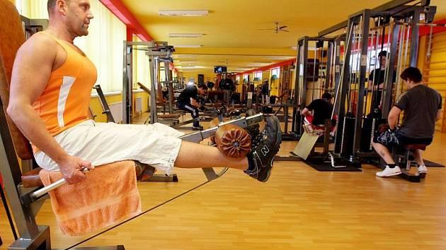 Na začátku roku bývá v posilovnách narváno. Předsevzetí však lidem většinou vydrží jen pár týdnů a u cvičení zůstanou jen ti nejcílevědomější.