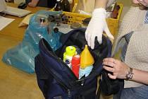 Suroviny a pomůcky, potřebné k výrobě pervitinu, se mohou vejít do tašky.