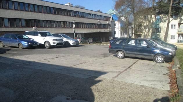 Parkování. Auta u polikliniky v Třešti parkují na asfaltové ploše za budovou. V současné době je parkování neuspořádané. To by se mělo do budoucna také změnit.