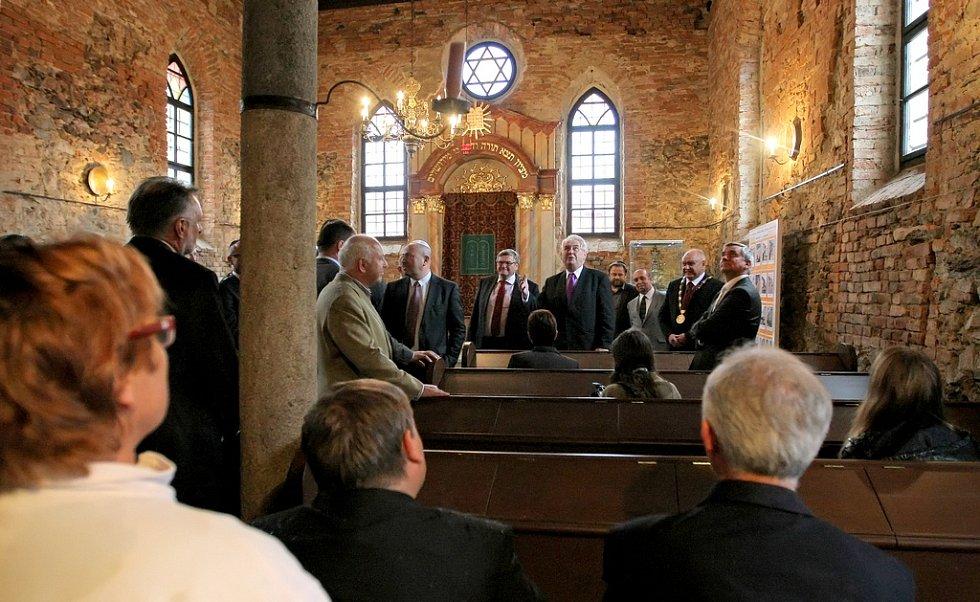 Poslední zastávkou prvního návštěvního dne bylo město Polná. Po setkání s občany za vytrvalého deště následovala prohlídka nově zrekonstruované synagogy a Rabínského domu.