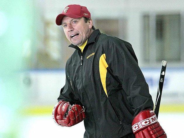 Bývalý hokejový útočník Petr Klíma, který má mezi svými úspěchy dva tituly mistra republiky i zisk Stanley Cupu, se v uplynulých dnech objevil na zimním stadionu v Pelhřimově. Na povel měl dvacítku talentovaných hokejistů z Česka i zámoří.