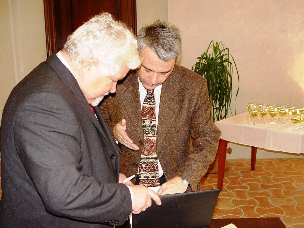 Foto z předávání medailí Přemysla Pittra v Jihlavě. Na snímku hovoří místopředseda Senátu Petr Pithart se zástupcem oceněného sdružení Iglauer Regionalkulturverband Mojmírem Kolářem.