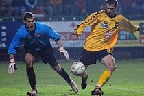 Největší šanci měl proti Jihlavě obránce Michal Vepřek (ve žlutém), který hlavou nastřelil tyč. Levonohého beka na Vysočině dobře znají, ještě před dvěma lety tam totiž působil na hostování.